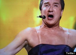 Prix Gémeaux 2014: René Simard apparaît chic en robe (TWITTER/PHOTOS)