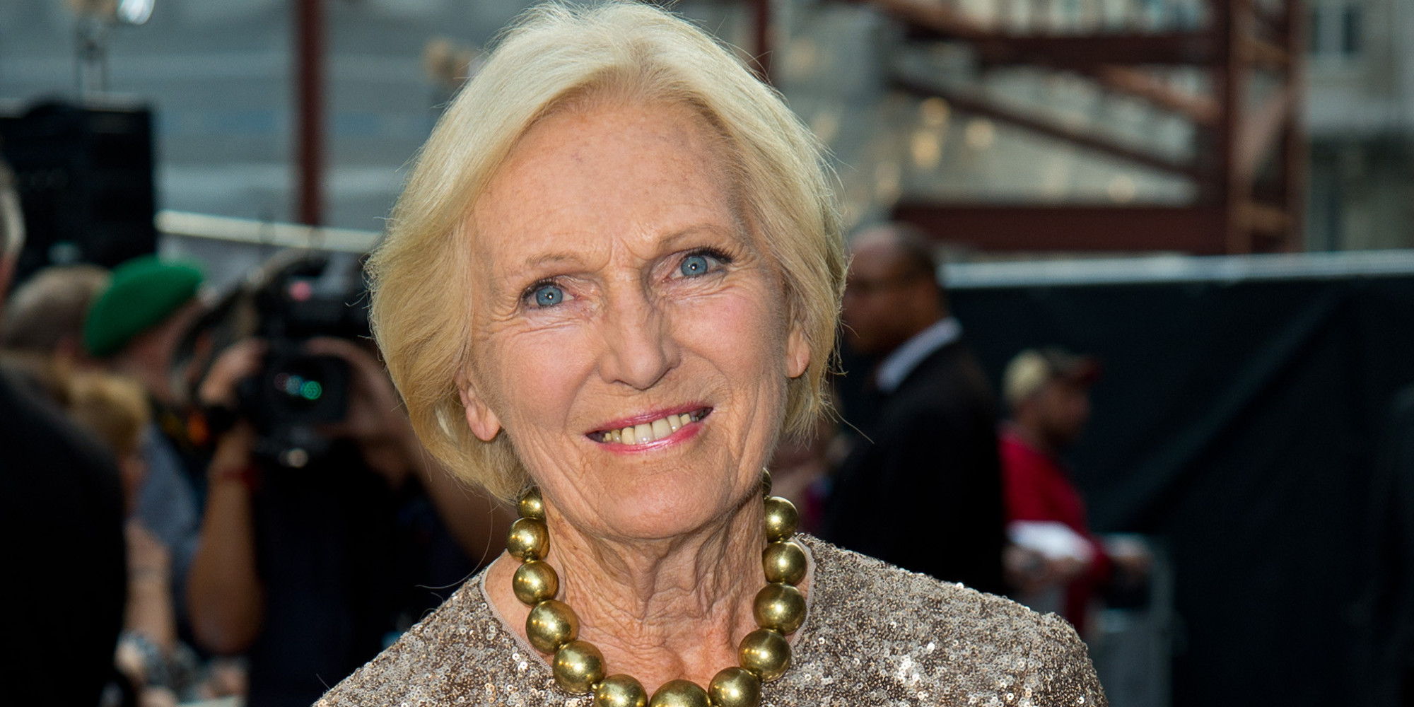 Mary berry says banning mobile phones from the dinner for Mary berry uk
