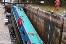 Canal boat sinking at lock | Pic: Newsteam