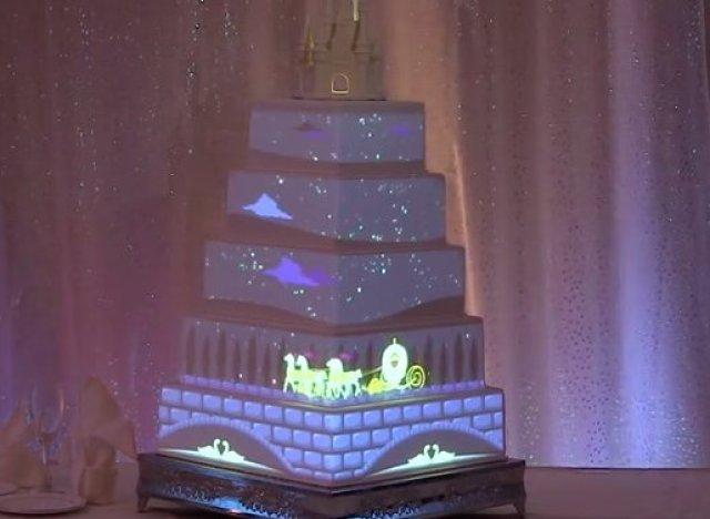 seul disney est capable de transformer un simple gâteau de mariage ...