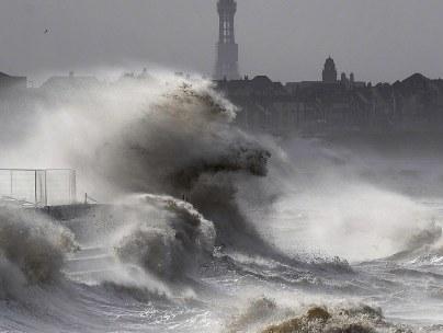 Storm lashes UK shore