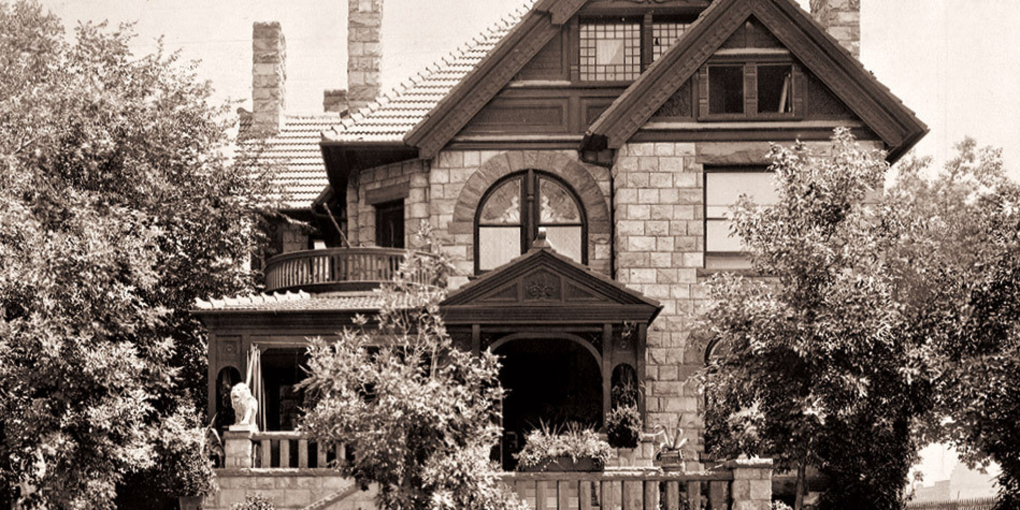 Peachy The Stories Behind 3 Of Americas Most Haunted Houses The Largest Home Design Picture Inspirations Pitcheantrous