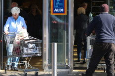 Shoppers at Aldi | Pic: Bloomberg via Getty Images