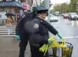 POLICÍAS ECHAN A LA BASURA GUANTES DE ESCENA DE ÉBOLA