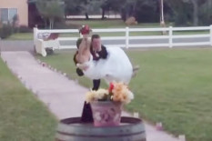 Groom about to drop bride | Pic: YouTube