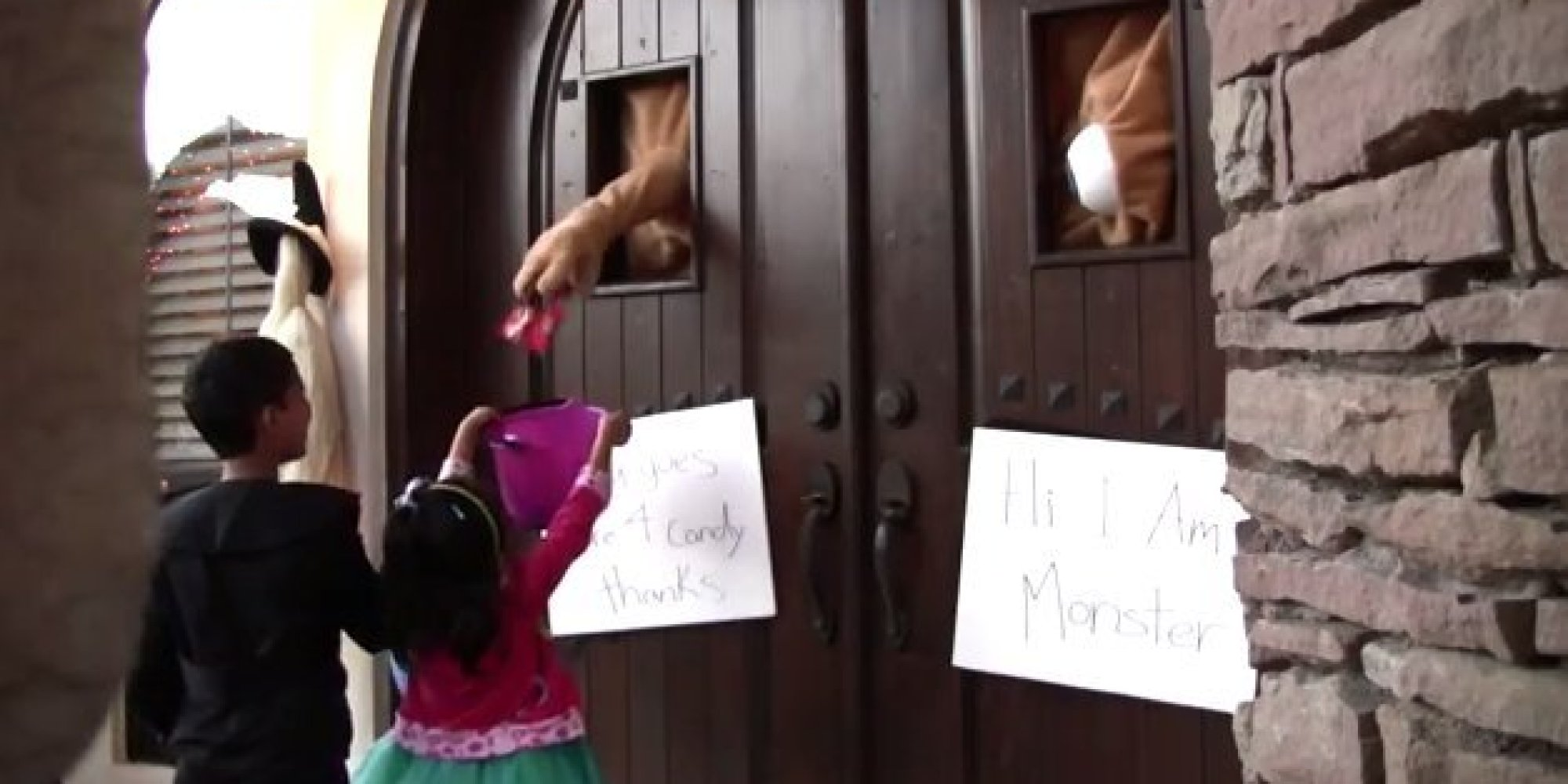 These geniuses transformed their door into a monster for - Decoration de porte halloween ...
