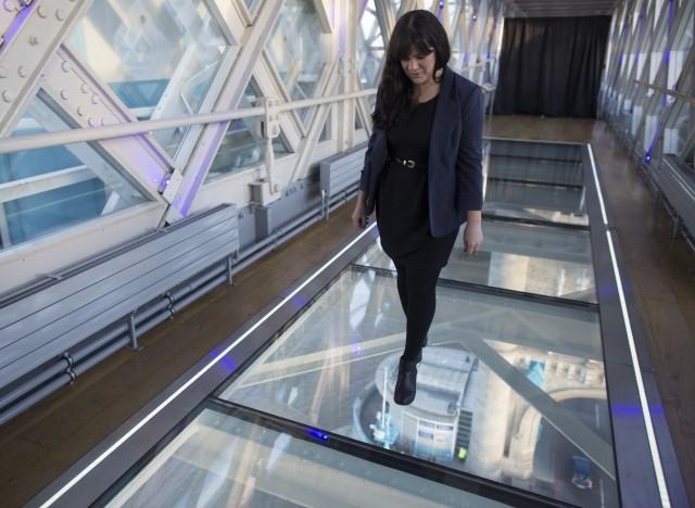 photos tower bridge ce plancher de verre au dessus de la. Black Bedroom Furniture Sets. Home Design Ideas