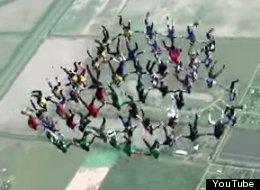 Estos 57 paracaidistas armaron una impresionante fiesta en el cielo