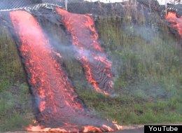 Cascada de lava cautiva al destruir una colina en Hawai