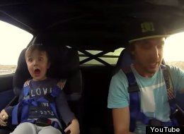 Niño se emociona al montarse con su papá en un auto de carreras