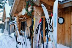 Ski vor der Hütte   Bild: PA