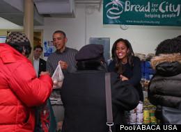 Los Obama dan gracias y ayudan a los necesitados