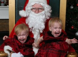 36 Santa Photos That Did NOT Go As Planned