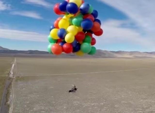 Vid o l haut en vrai il vole dans le ciel accroch for Chaise qui vole