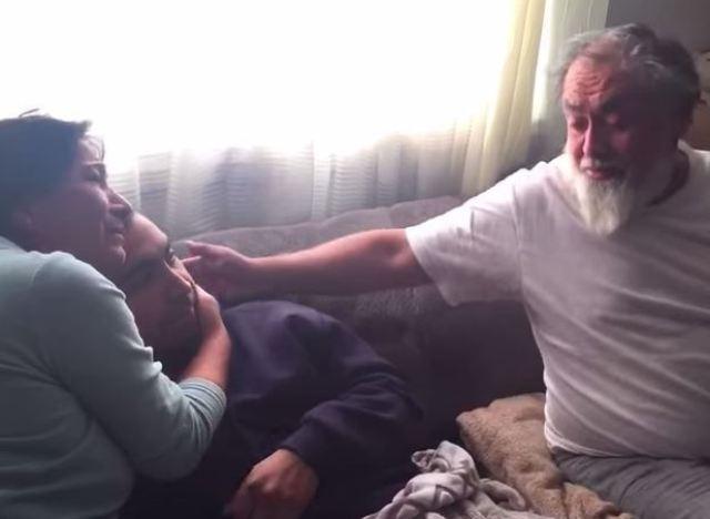 Video il offre le plus beau des cadeaux de no l ses parents - Cadeau pour jeune couple ...