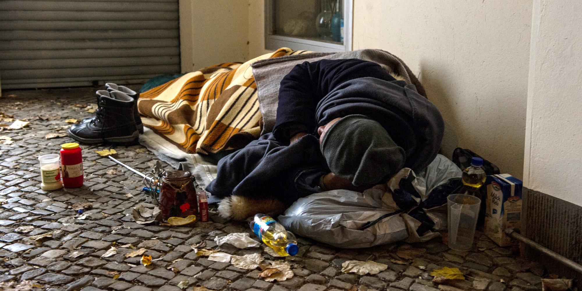 Als er sieht, was ein Obdachloser auf einem Schild anbietet, ist er ...