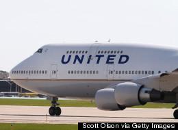Une agente de bord gonfle la glissade d'urgence et quitte un avion bondé (VIDÉO)