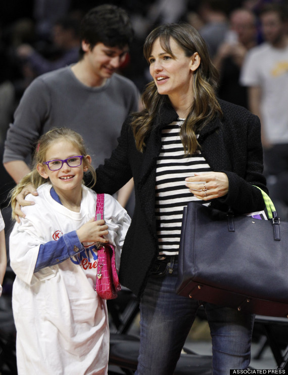 jennifer garner takes daughter violet to la clippers vs boston