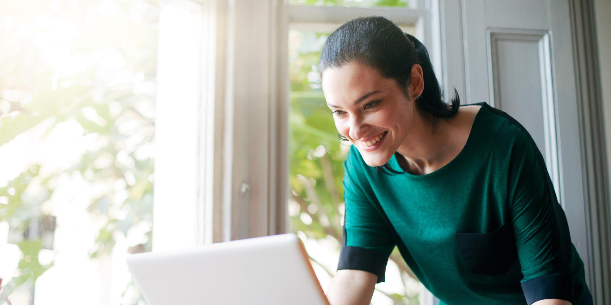 O Que Ingerir De Café Da Manhã Se Quer Perder Peso o-HAPPY-WOMAN-COMPUTER-facebook