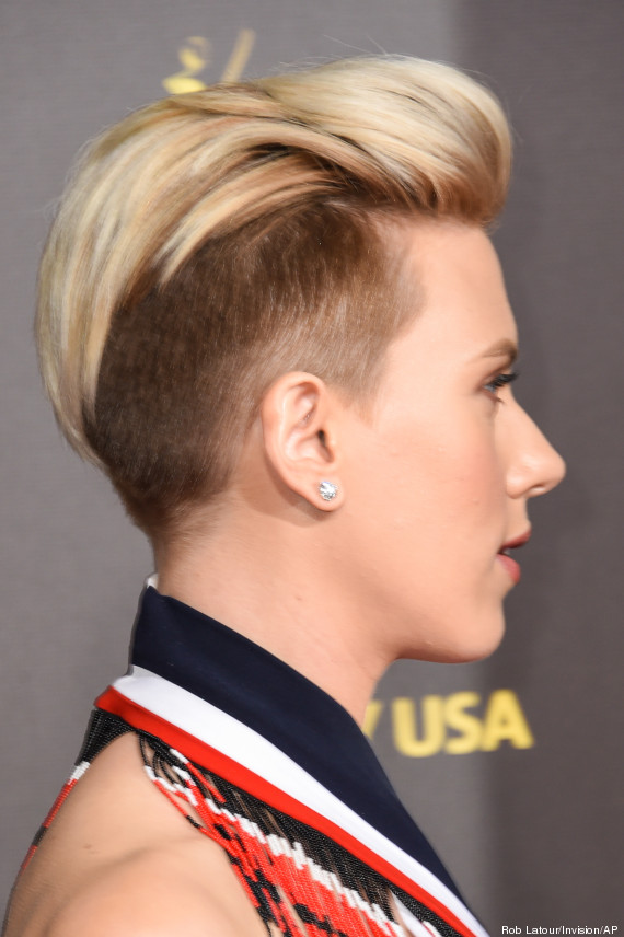 photos scarlett johansson montre sa nouvelle coupe de cheveux half hawk lors du gala g 39 day usa. Black Bedroom Furniture Sets. Home Design Ideas