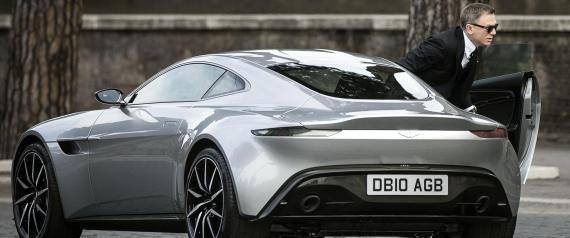 Daniel Craig a fianco della favolosa Aston Martin grigia mentre gira una scena del nuovo film a Roma
