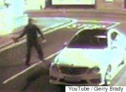 'Ladrón' lanza ladrillo sobre auto, éste rebota en la ventana y lo noquea