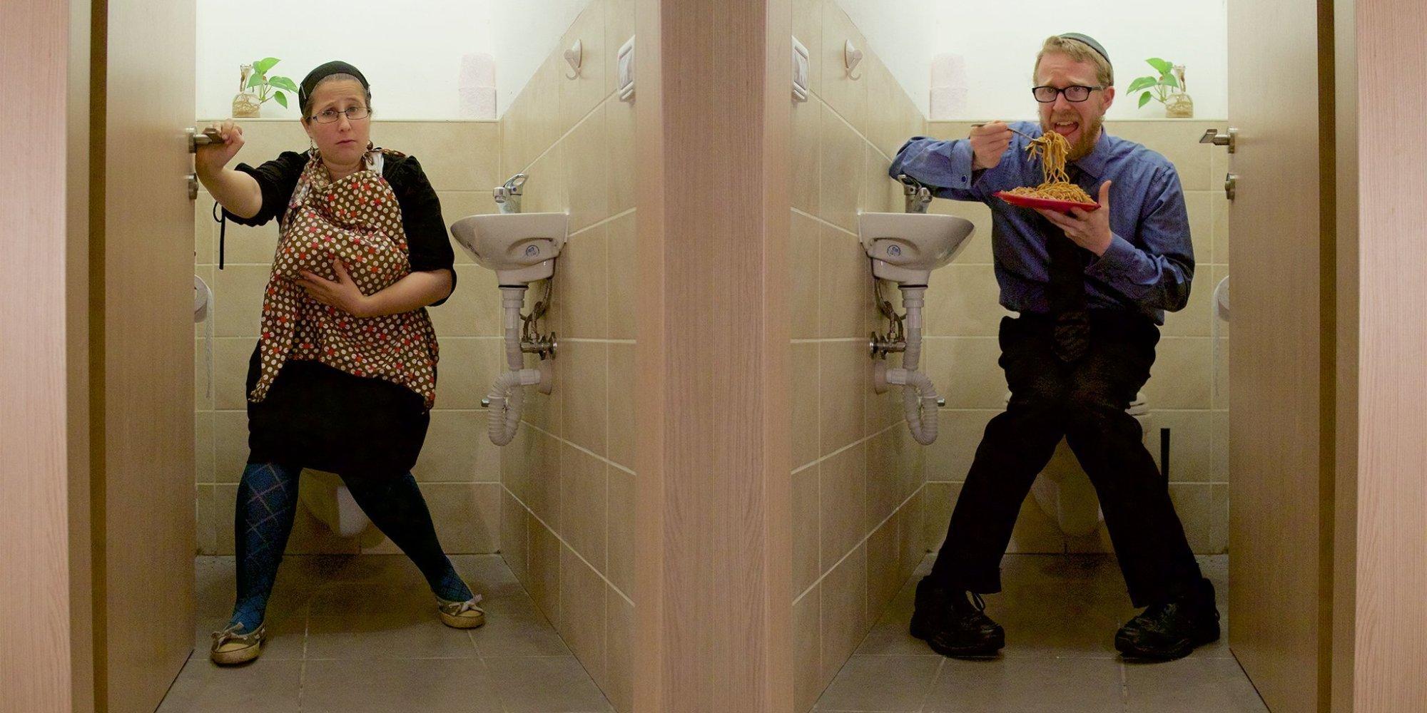 Пьяную ебут в туалет, Парни поимели пьяную тёлку в туалете клуба смотреть 5 фотография