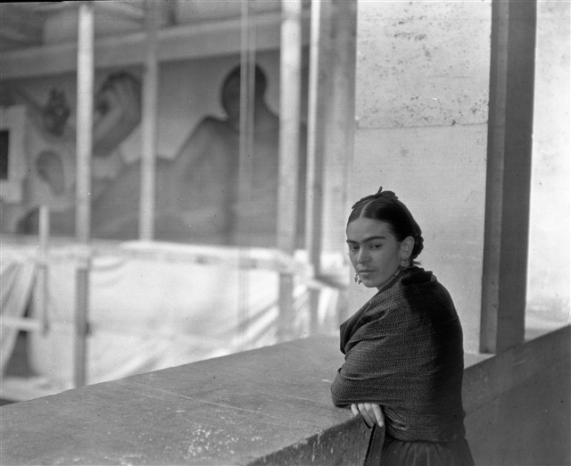 frida in front of murals