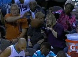 ¡Ouch! Anciana recibe horrible pelotazo por estar distraída con el teléfono