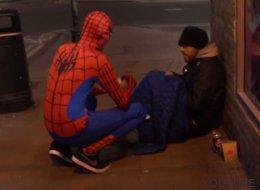 Un Spiderman inglés se gana el corazón de los mendigos