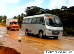Autobús cae por gigantesco hoyo y es arrastrado por río en Brasil