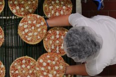 Tiefkühlpizza auf dem Fließband   Bild: PA