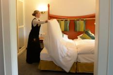 Bettenmachen im Hotelzimmer   Bild: PA