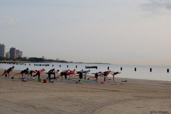 aderindo a ioga com as pessoas lociais