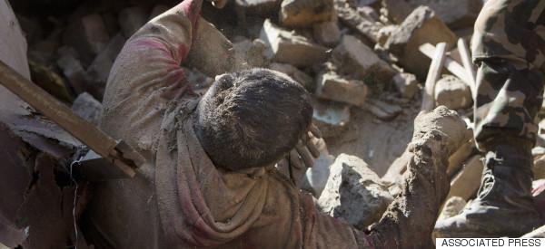 DRAMÁTICO VIDEO DEL RESCATE DE VÍCTIMAS EN NEPAL (EXPLÍCITO)