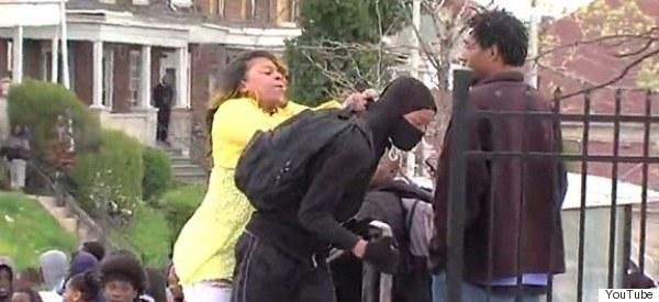 VIDEO: MADRE ABOFETEA A HIJO QUE PARTICIPABA EN PROTESTAS