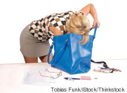 Handtaschen-Panik: 10 Fragen, die sich eine Frau beim Griff in ihr privates Chaos stellt