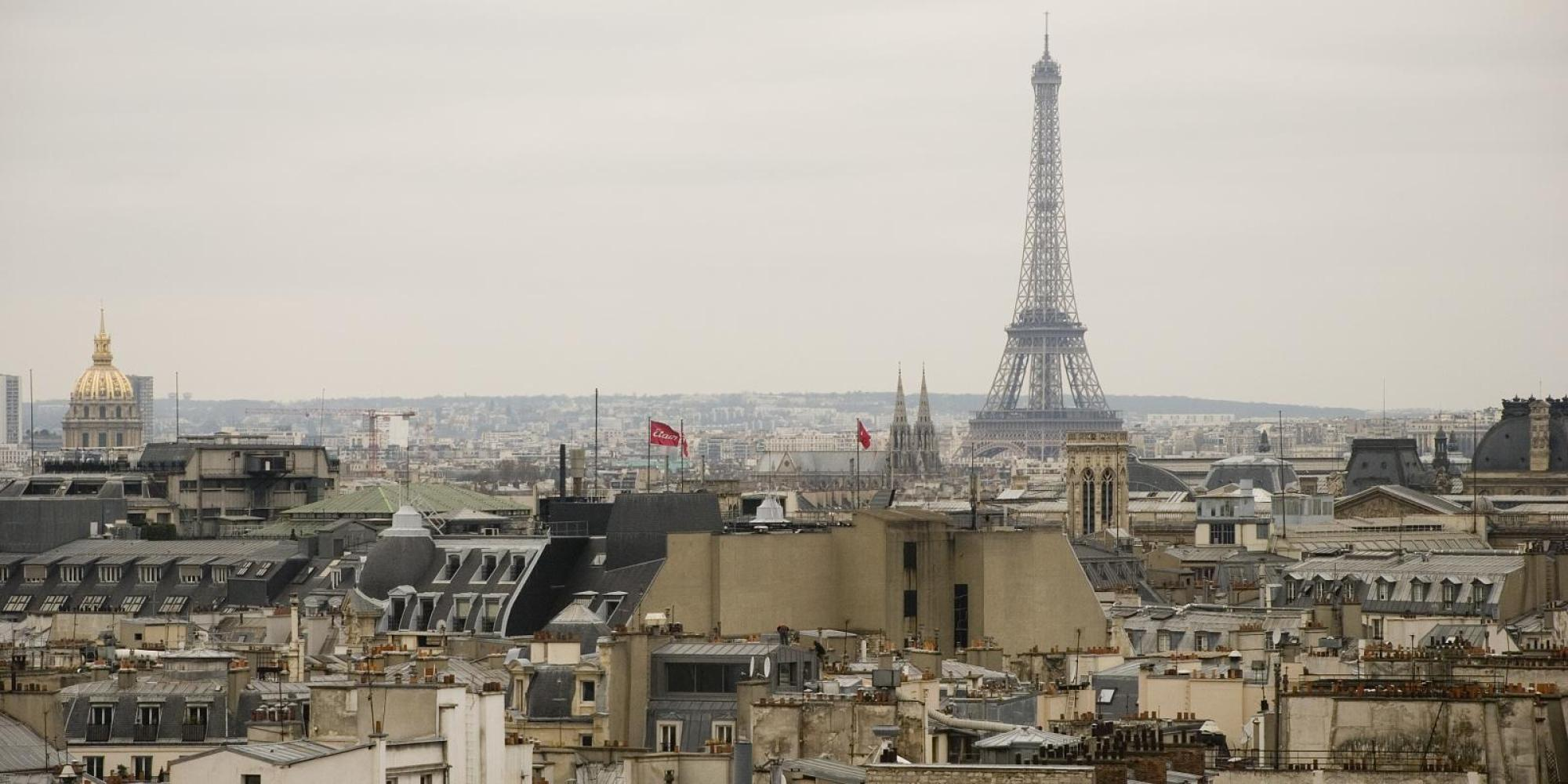 paris rooftop scalers defy death in jaw dropping video huffpost. Black Bedroom Furniture Sets. Home Design Ideas