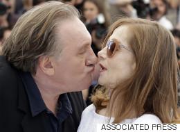 Gérard Depardieu tente d'embrasser Isabelle Huppert à Cannes (PHOTOS/VIDÉOS)