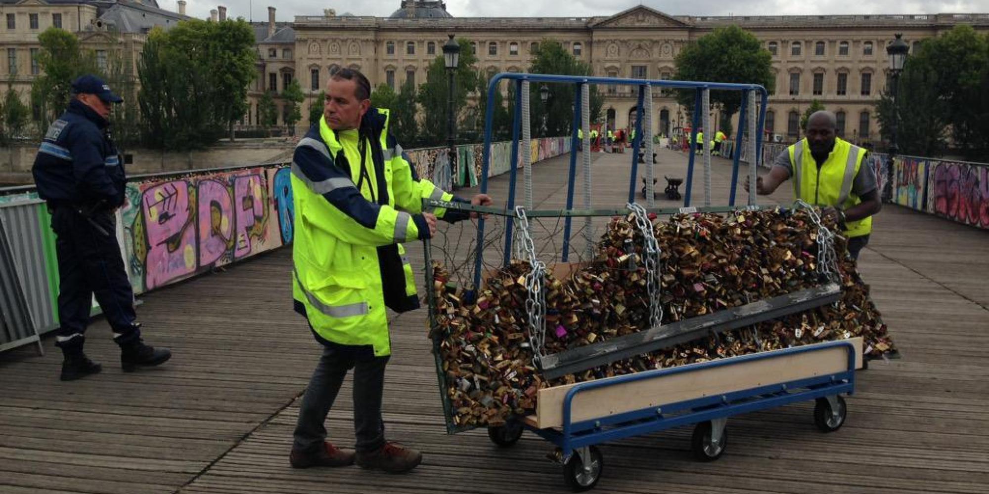 Le pont des arts d barrass de ses cadenas d 39 amour par la mai - Le pont de lamour a paris ...