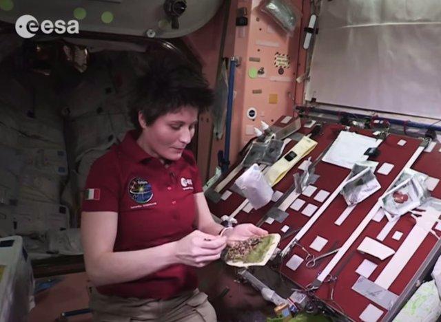 vid o comment cuisiner dans l 39 espace d monstration avec l 39 astronaute samantha cristoforetti. Black Bedroom Furniture Sets. Home Design Ideas