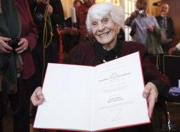 Una centenaria recibe el doctorado que le negaron los nazis