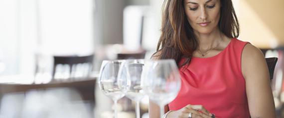 donna aspetta al ristorante