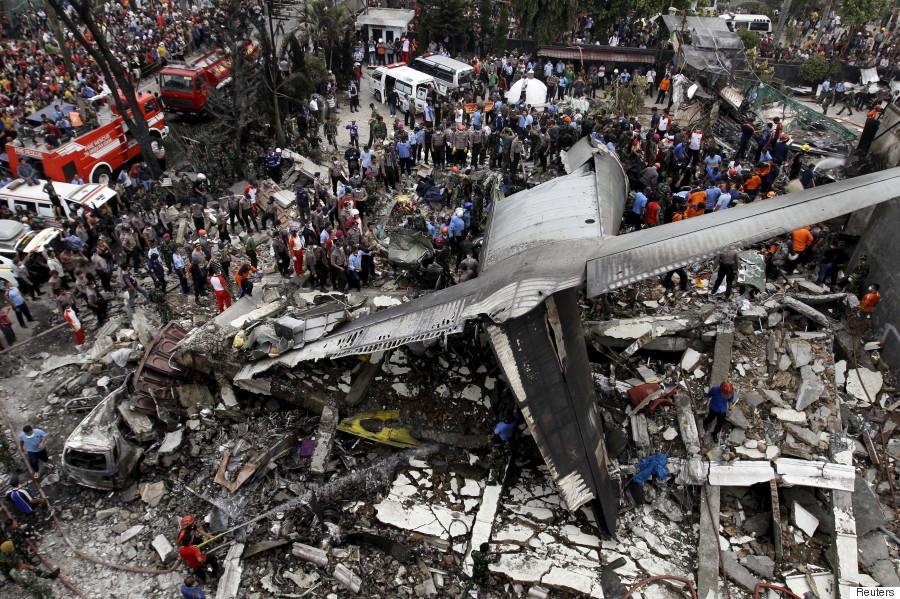 インドネシアのメダンで軍用機墜落 搭乗の100人超死亡か
