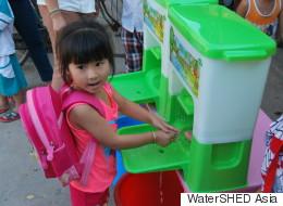 캄보디아 아이들의 손을 씻어주는 기구(사진, 동영상)