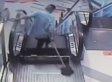 OTRO HOMBRE ATASCADO EN UNA ESCALERA ELÉCTRICA EN CHINA