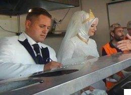 Una pareja turca celebra su boda dando de comer a 4.000 refugiados sirios