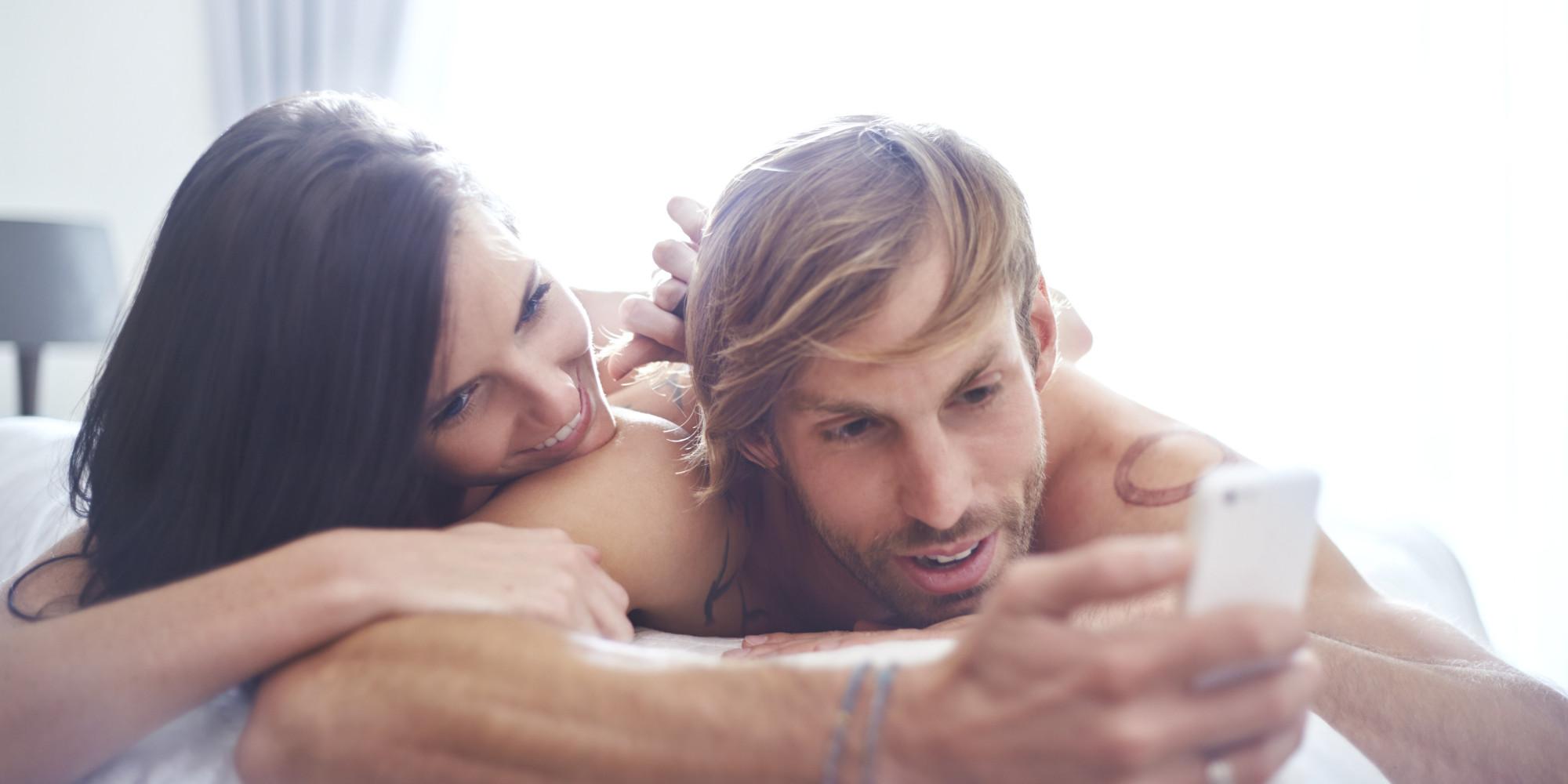 Секс в постеле домашний, Муж и жена в постели снимают домашнее порно 1 фотография