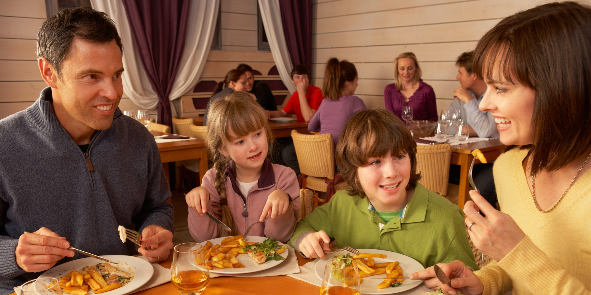 How to successfully occupy children in restaurants without for Family diner