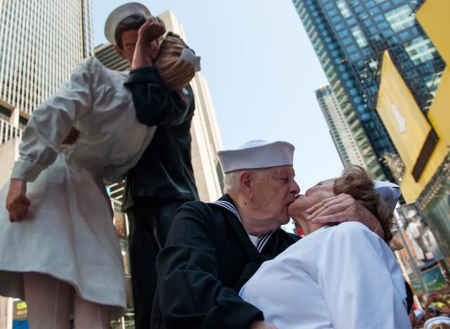vid 201 o le baiser de times square recr 233 233 par des centaines de couples 224 new york